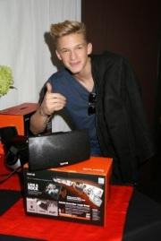 ImageAustralian pop star Cody Simpson gives Korus a thumbs up!